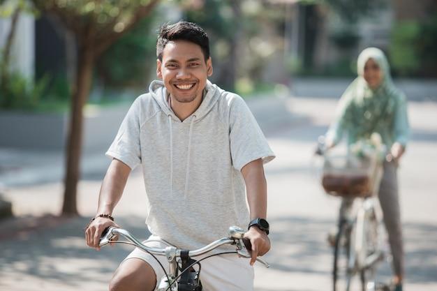 Azjatycka samiec jedzie rower