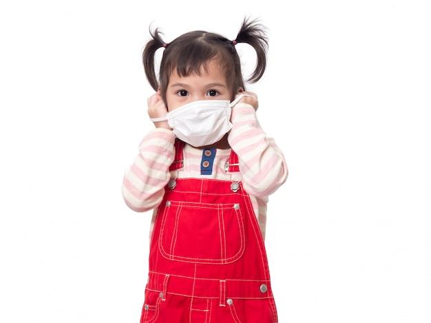 Azjatycka śliczna 4-latka w higienicznej masce ochronnej rozprzestrzenia wirusa, grypę lub zanieczyszczenia
