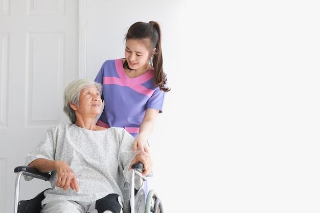 Azjatycka stara cierpliwa kobieta opowiada z lekarz medycyny kobietami w kliniki biura szpitalu