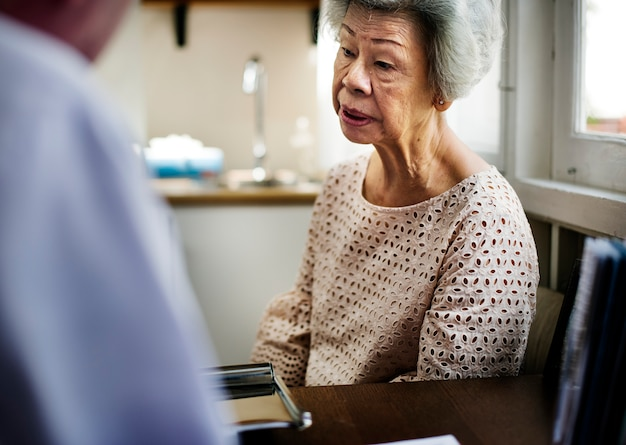 Azjatycka stara kobieta w szpitalu