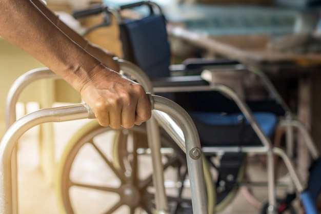 Azjatycka starej kobiety pozycja z jej rękami na piechura stojaku