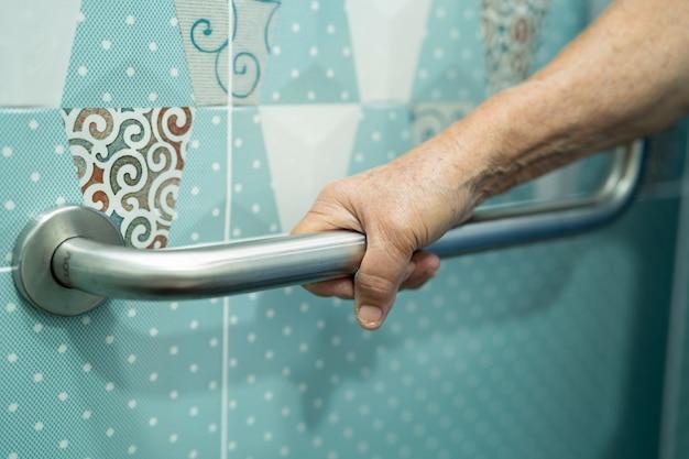 Azjatycka starsza kobieta korzysta z toalety łazienka uchwyt bezpieczeństwa w szpitalu pielęgniarskim