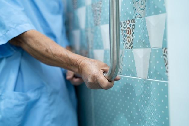 Azjatycka Starsza Kobieta Korzysta Z Toalety łazienka Uchwyt Bezpieczeństwa Premium Zdjęcia