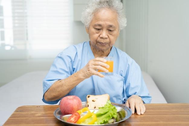 Azjatycka starsza kobieta pacjent jedzący śniadanie warzywo zdrowa żywność