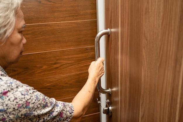Azjatycka Starsza Lub Starsza Starsza Kobieta Pacjent Korzysta Z Toalety łazienka Uchwyt Bezpieczeństwa Na Oddziale Szpitala Pielęgniarskiego, Zdrowa, Silna Koncepcja Medyczna. Premium Zdjęcia