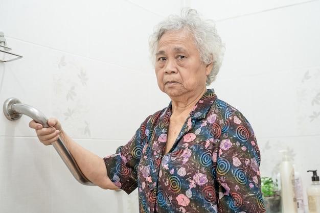 Azjatycka starsza lub starsza starsza kobieta pacjentka korzysta ze stoku chodnika z zabezpieczeniem z pomocą asystenta wsparcia na oddziale szpitala pielęgniarskiego; zdrowe silne pojęcie medyczne.