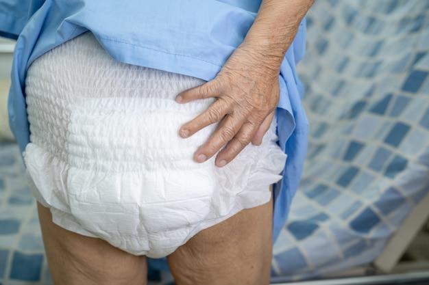 Azjatycka starsza lub starsza starsza kobieta pacjentka nosząca pieluchę z nietrzymaniem moczu w szpitalu pielęgniarskim