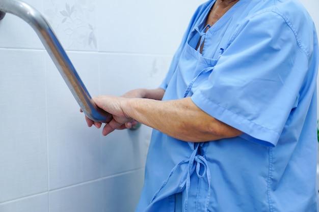 Azjatycka starsza lub starsza starszej osoby kobiety pacjenta use toaletowa rękojeść