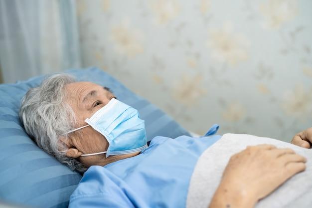 Azjatycka starsza pacjentka nosząca maskę na twarz w celu ochrony infekcji bezpieczeństwa covid coronavirus