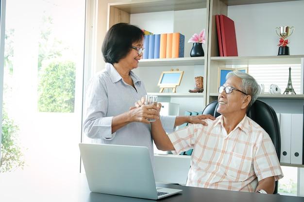 Azjatycka starsza para jest szczęśliwa na emeryturze, dbają o siebie nawzajem. pojęcie ubezpieczenia zdrowotnego, ubezpieczenia społecznego