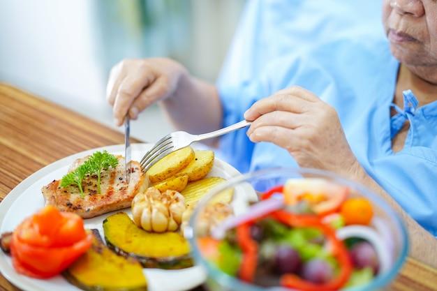 Azjatycka starsza starej damy kobiety pacjent je śniadaniowego zdrowego jedzenie w szpitalu.