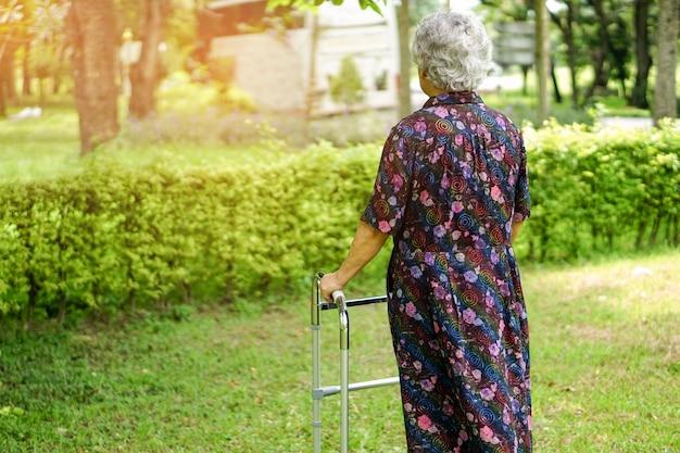 Azjatycka starsza starsza dama lub starszy używa piechura