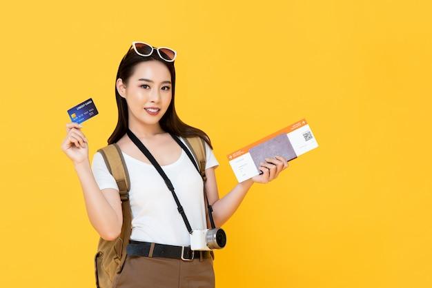 Azjatycka turystyczna kobieta przygotowywająca podróżować z kredytową kartą