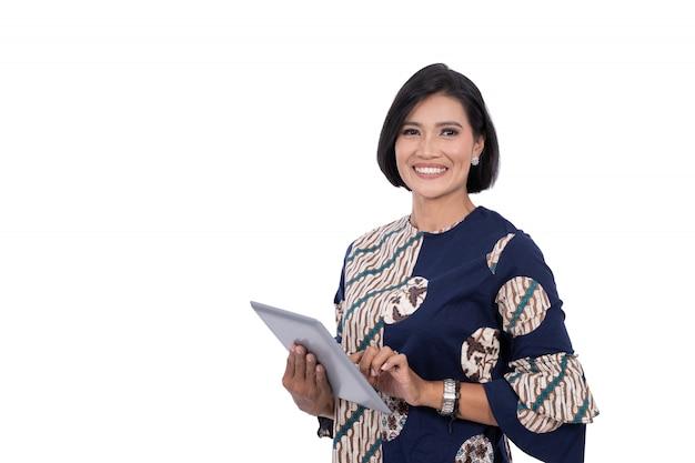 Azjatycka w średnim wieku kobieta z pastylką