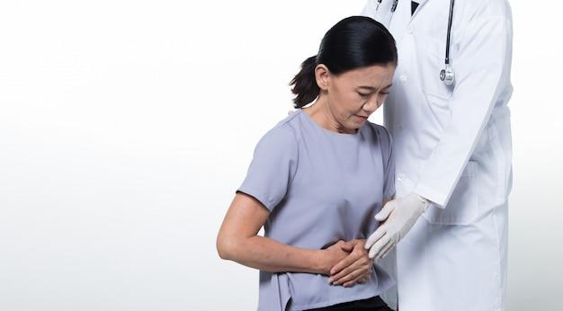 Azjatycka wiek średni 60. kobieta pacjent sprawdza zdrowie