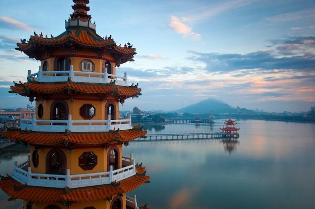 Azjatycka wieża w tradycyjnej architekturze