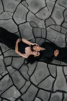 Azjatycka zakochana para ściska się na ziemi. tylne tło