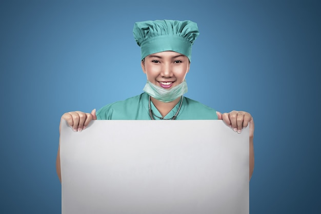 Azjatycka żeńska pielęgniarki mienia pusty papier