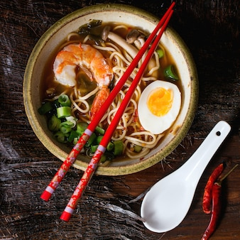 Azjatycka zupa ramen z krewetkami