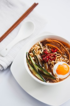 Azjatycka zupa w pobliżu łyżka i pałeczki