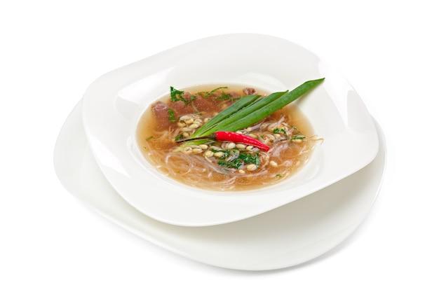 Azjatycka zupa z makaronem z wołowiną na białym tle