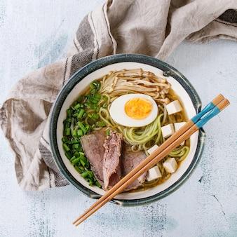 Azjatycka zupa z makaronem