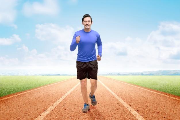 Azjatycki biegacz człowiek działa na bieżni