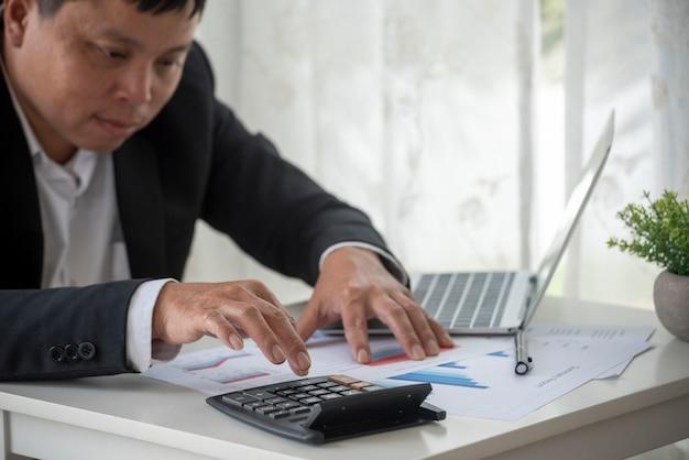 Azjatycki biznes człowiek ręce za pomocą kalkulatora licząc podatek rachunek finansowy kontrola podatkowa koncepcja finansowa
