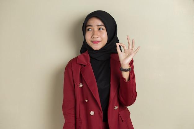 Azjatycki biznes kobieta noszenie hidżabu z kciuki do góry w porządku