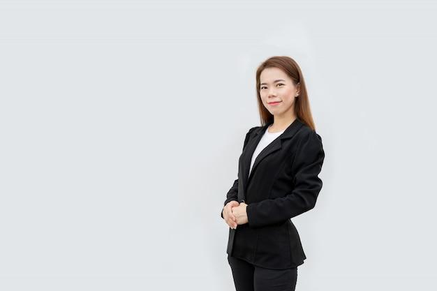 Azjatycki biznes kobieta skrzyżowane ręce stojący z długimi włosami w czarnym garniturze na białym tle