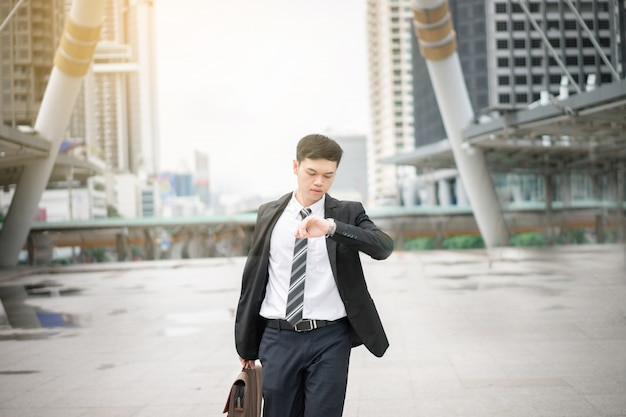 Azjatycki biznesmen będzie pracował. jest w godzinach szczytu. jego biuro znajduje się w bangkoku.