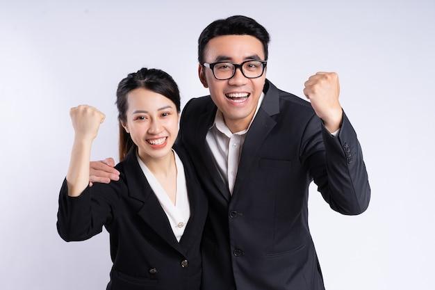 Azjatycki biznesmen i bizneswoman pozują na białym tle