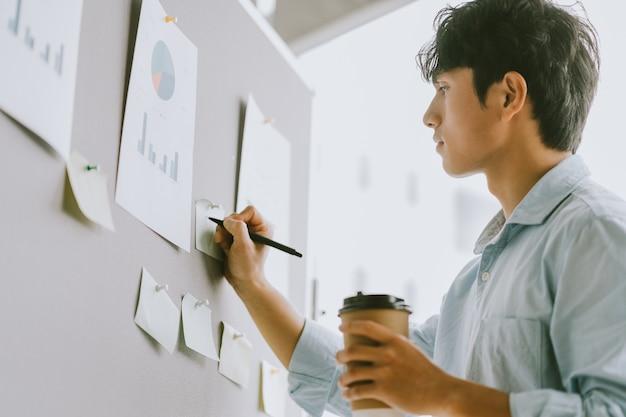 Azjatycki biznesmen myśli o planach wzrostu