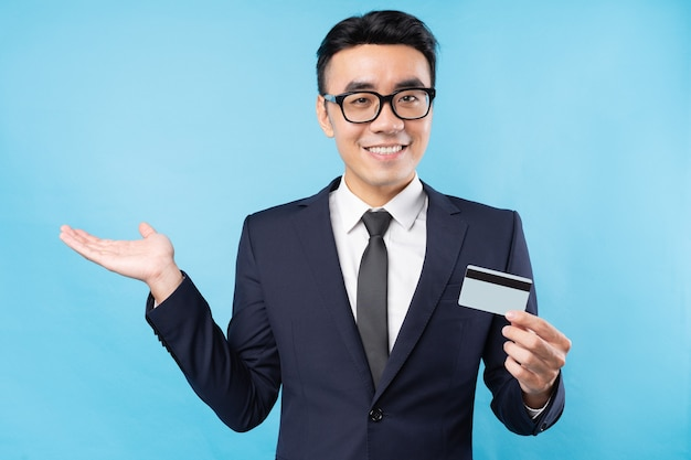 Azjatycki biznesmen posiadania karty bankowej