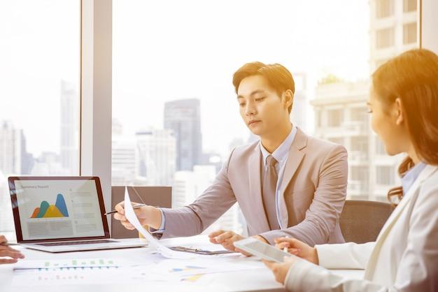 Azjatycki biznesmen przy spotkaniem w miasta biurze