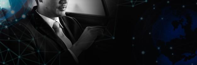 Azjatycki biznesmen siedzący w samochodzie