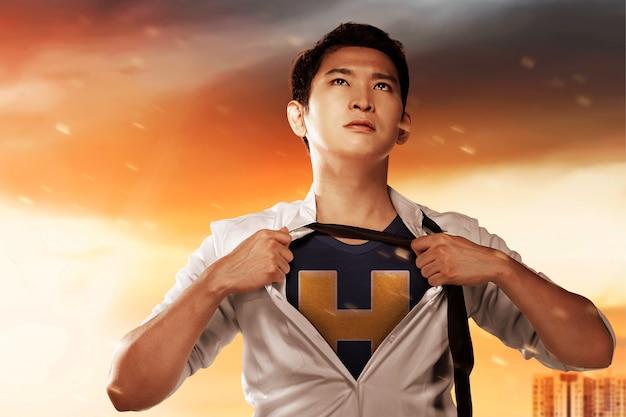 Azjatycki biznesmen zachowuje się jak superbohater