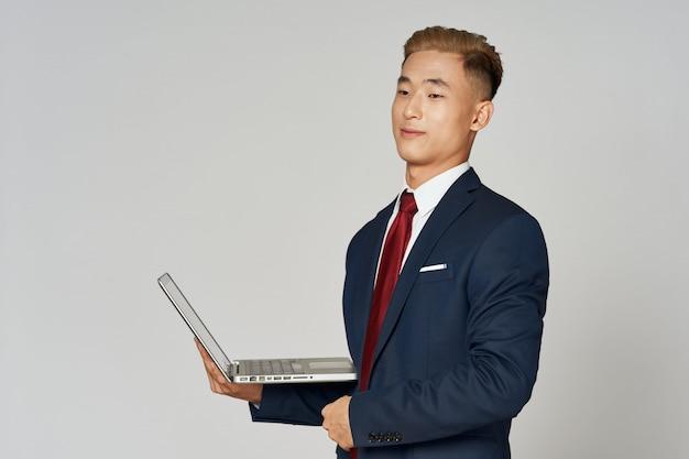 Azjatycki biznesowy mężczyzna pozuje w kostiumu