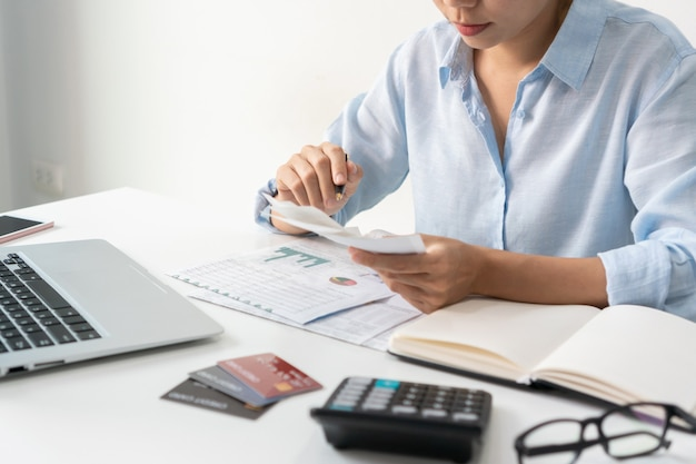Azjatycki bizneswoman pracuje w biurze