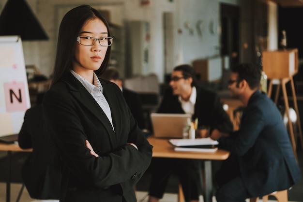 Azjatycki bizneswoman z krzyżować rękami
