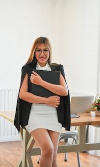 Azjatycki bizneswomanu portret w nowożytnym biurze
