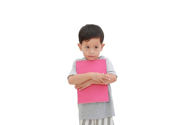 Azjatycki chłopiec przytulanie książki na białym tle