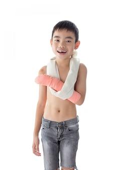 Azjatycki chłopiec ranny w ramię, ale szczęśliwy