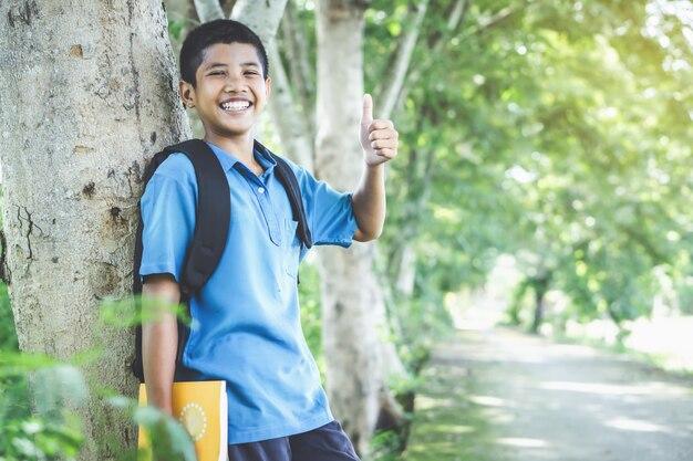 Azjatycki chłopiec uczeń szczęśliwy z powrotem szkoła