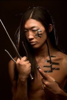 Azjatycki chłopiec z bronią