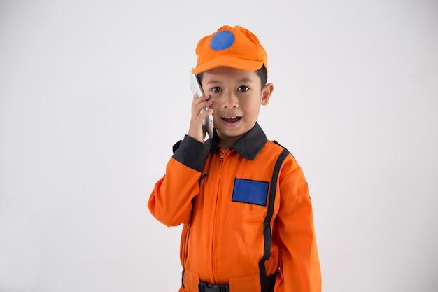 Azjatycki chłopiec z mundurem technika, inżyniera lub astronauta