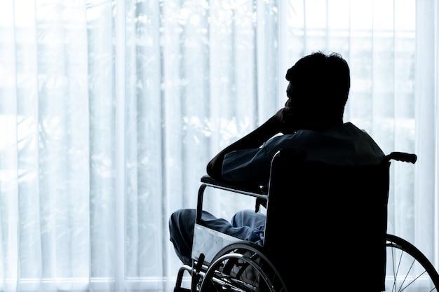 Azjatycki cierpliwy wózek inwalidzki w pustym pokoju