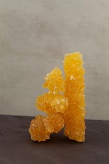 Azjatycki cukier winogronowy nabat lub navat zbliżenie podawany z herbatą i używany jako osobny cukierek rockowy