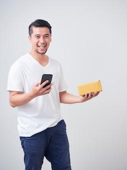 Azjatycki człowiek dostaje zamówione rzeczy online