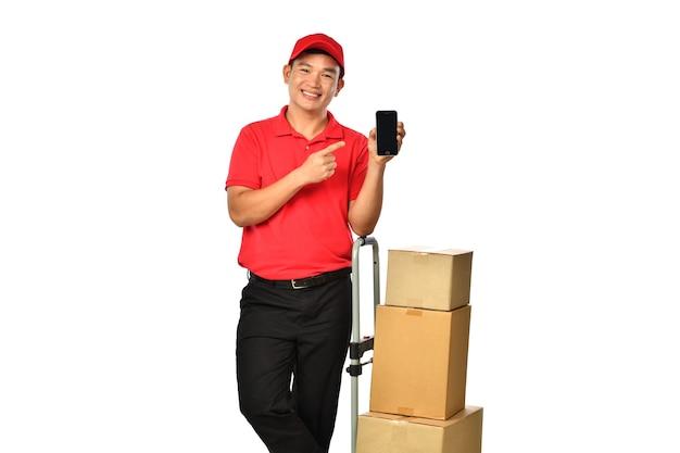 Azjatycki człowiek dostawy w czerwonym mundurze z paczką kartonową